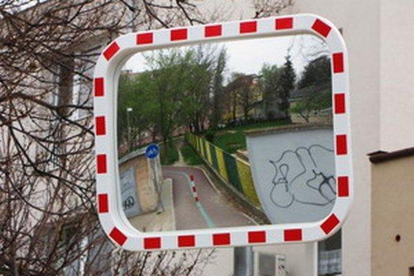 Podľa vyjadrení radnice sa priamejšia trasa na cyklochodník nedala zabezpečiť. Situáciu aspoň  sprehľadňuje zrkadlo.