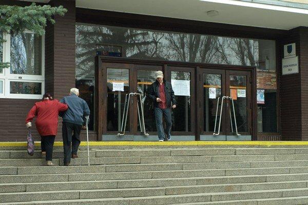 Voliči v Trnave prichádzali priebežne.