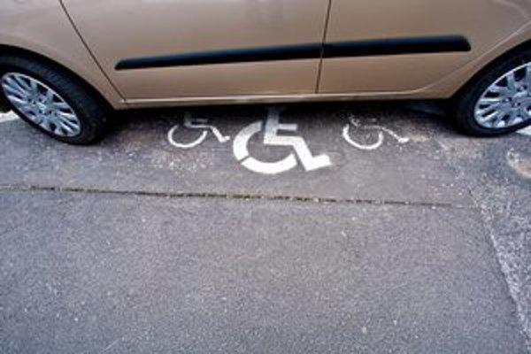 Vyhradené parkovacie miesta vodiči nezneužvajú.