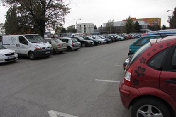 Platí sa už aj na parkovisku na Rybníkovej ulici.
