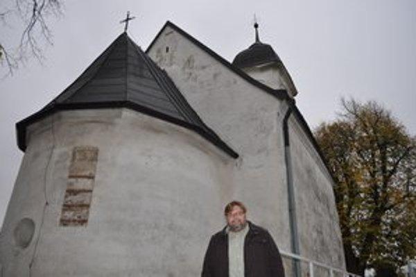 Starosta Karol Zachar pred kostolom Všetkých svätých.