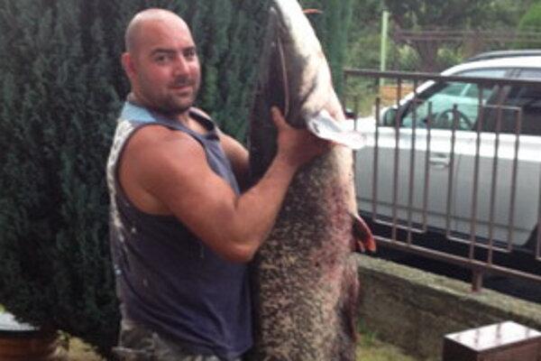Úspešný rybár so svojim úlovkom.