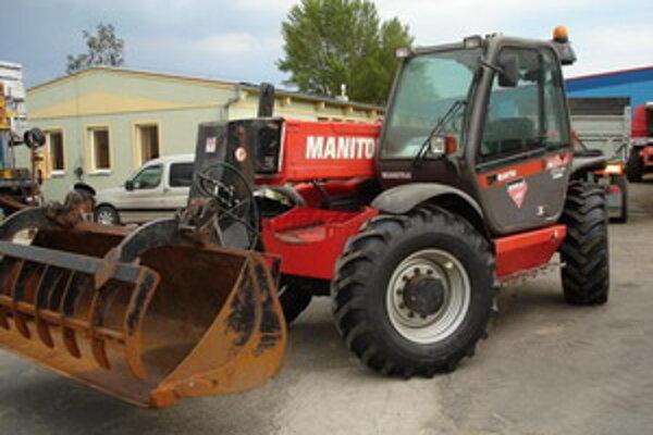 Nakladač Manitou. Podobným strojom pritlačil robotníka jeho kolega o kovovú konštrukciu.
