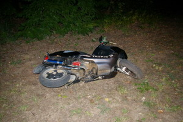 Muž zosadol z motocykla a utiekol. Po niekoľkých minútach sa k nemu vrátil.