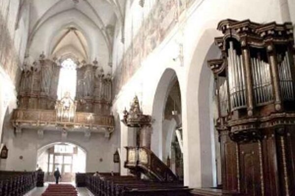 Arnold postavil okrem organového pozitívu (vpravo) aj hlavný organ baziliky (hore).