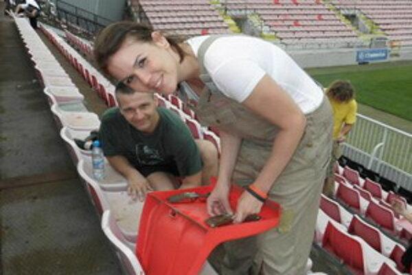 Fanúšikovia Spartaka brigádujú na štadióne.