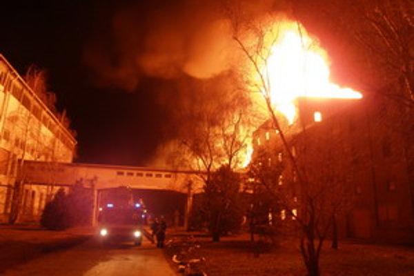 Požiar úplne zničil areál starého cukrovaru v Sládkovičove.