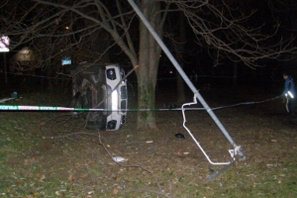 BMW zrazilo troch chodcov, zdemolovalo stĺp verejného osvetlenia a skončilo na boku.