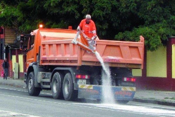 Unikajúci olej z neznámeho nákladného vozidla spôsobil, že sa na ulici šmýkalo ako v zime. Cestári včas zasiahli.
