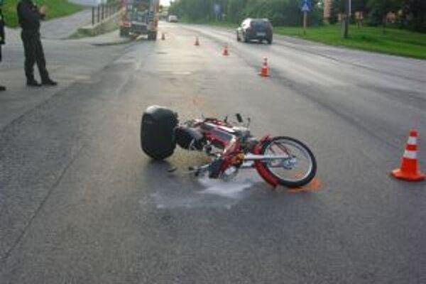 Motorkár spadol po tom, ako mu do cesty vošiel cyklista.