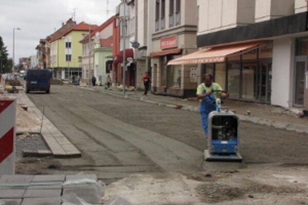 S opravou Teplickej ulice začali ešte minulý august. Jej dokončenie sa zatiaľ stále presúva. O jej slávnostnom otvorení radnica neuvažuje.