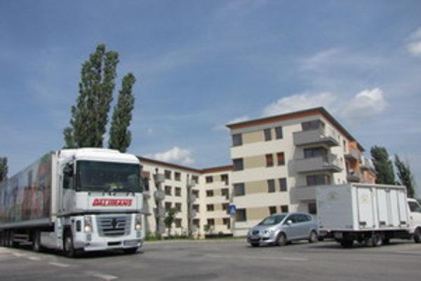 Ľudia z bytovky sa sťažujú na vodičov kamiónov, ktorí často nedodržujú povolenú rýchlosť.