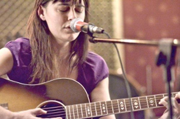 Multiinštrumentalistka Jana Andevská chce v rozbehnutej hudobnej kariére pokračovať na Slovensku. Hrá na husliach, klavíri, gitare a spieva.