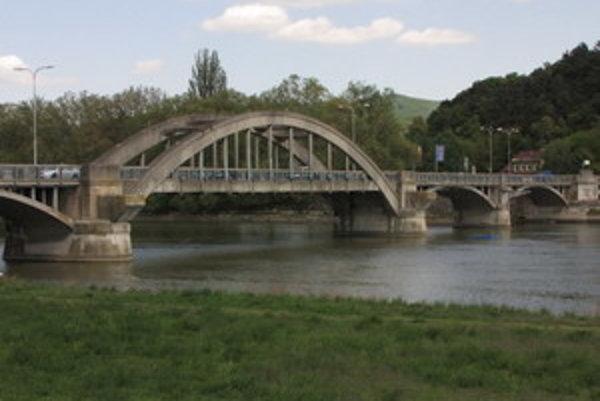 Krajinský most cez Váh už dosluhuje. Nové premostenie je zatiaľ iba na papieri.