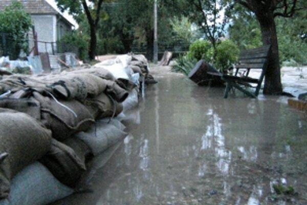 Zo včerajšieho zásahu hasičov pri záplavách v okrese Trnava.