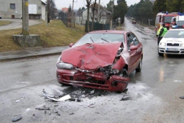 Pri včerajšej zrážke dvoch vozidiel v Abraháme sa zranila jedna osoba.