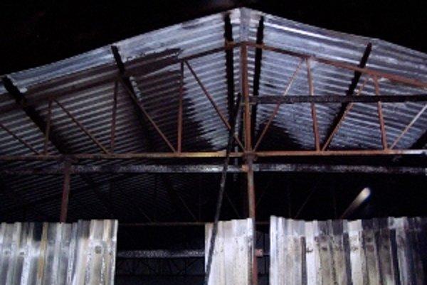 S ohňom v konzervárni vo Veľkých Úľanoch bojovali piati galantskí hasiči.