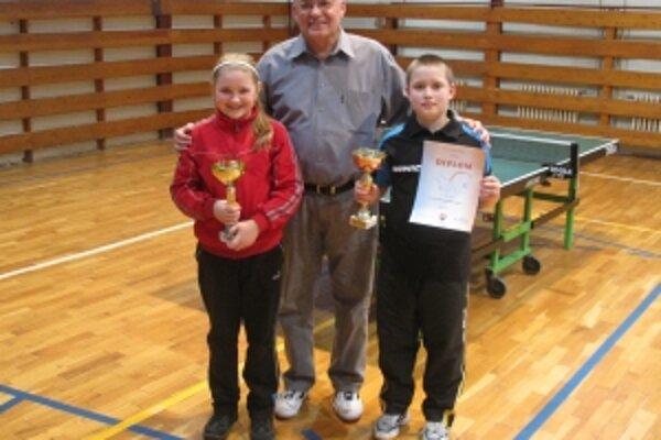 Mladí stolní tenisti trnavskej Viktórie s predsedom klubu Štefanom Pekom starším.