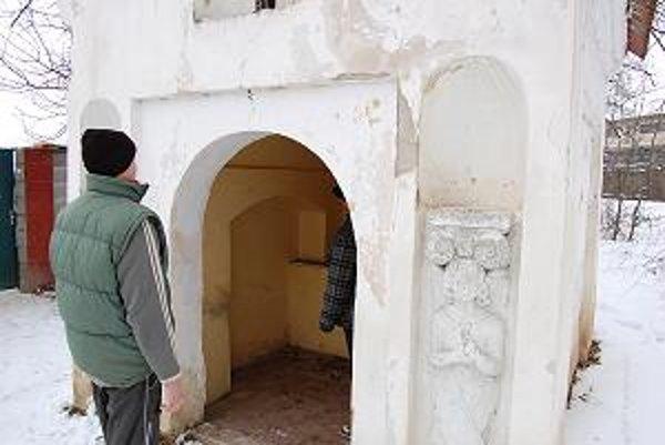 Po oboch stranách kaplnky stáli pôvodne barokové sochy anjelov, v druhej polovici päťdesiatych rokov však boli porozbíjané.