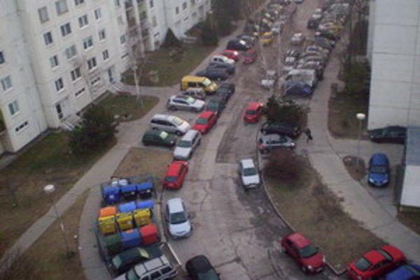 Počet áut prevyšuje počet parkovacích miest.