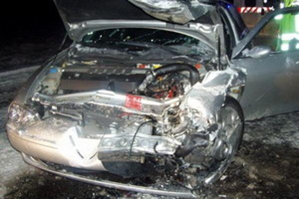 Pri zrážke dvoch osobných vozidiel sa zranilo až päť osôb.