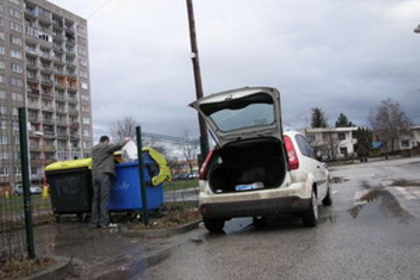 Ľudia z rodinných domov často hádžu odpad do kontajnerov na sídliskách.