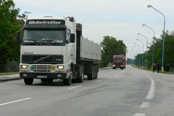 Kamióny v obciach trápia obyvateľov.