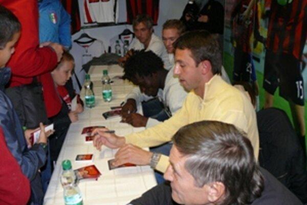 Na oficiálnom otvorení fanšopu podpisi fanúšikom rozdávali aj hráči Spartaka a tréner Dušan Radolský.