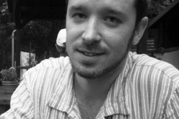 Radoslav Tomáš sa narodil 29. decembra 1982 v Poprade. Vyštudoval žurnalistiku na Filozofickej fakulte Univerzity Komenského v Bratislave, kde momentálne žije. Pracuje ako mediálny analytik, venuje sa literárnej publicistike. Je členom Spišského literárne