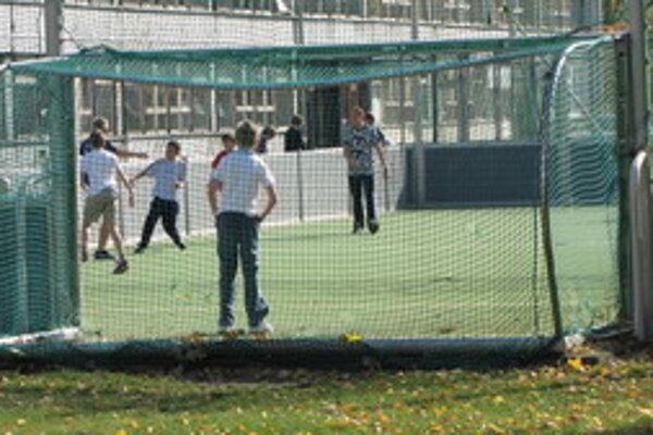 Školské areály môže verejnosť bezplatne využívať.