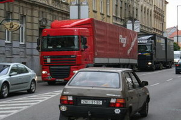 Proti kamiónom v meste ľudia spísali petíciu.