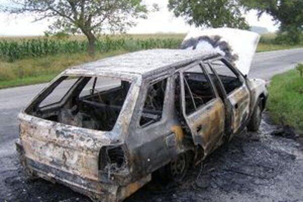 Trojčlenná posádka zhoreného auta vyviazla bez zranení.