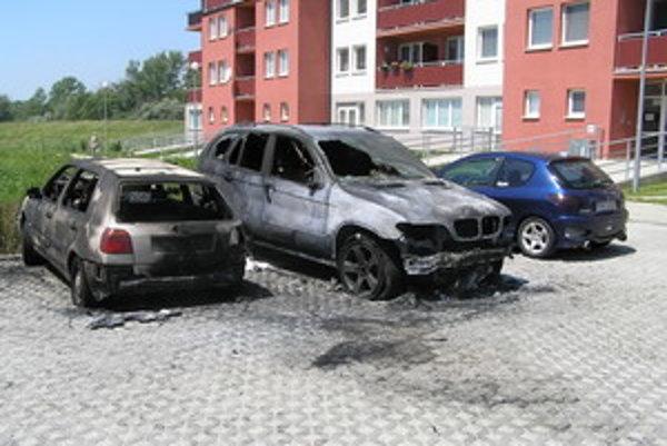 Niekto úmyselne zapálil BMW. Požiar zachvátil aj vedľa stojaci VW Golf.