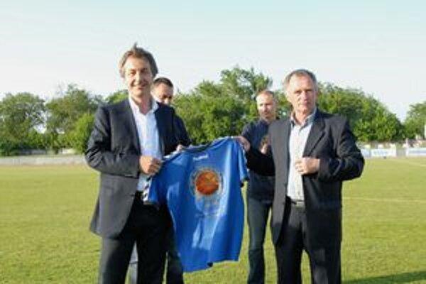 Trénerovi Jozefovi Šuranovi v Modranke poďakovali za dobre odvedenú prácu. Od júna zarezáva v Spartaku.