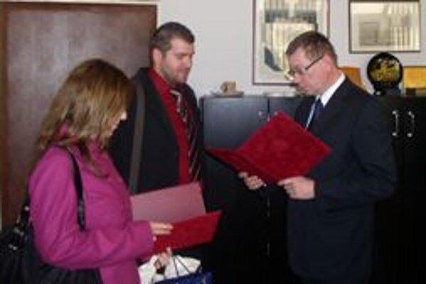 Rektor Trnavskej univerzity Martin Mišút poďakoval obom športovcom za vzornú reprezentáciu školy.