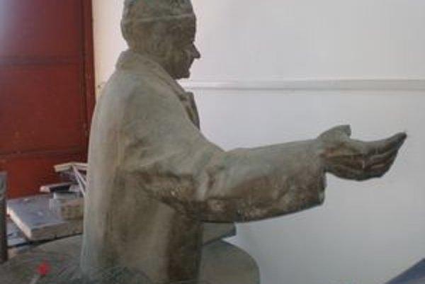 Z Gottwaldovej sochy zostala len horná polovica. Spodná sa použila na sochu Pazmánya.