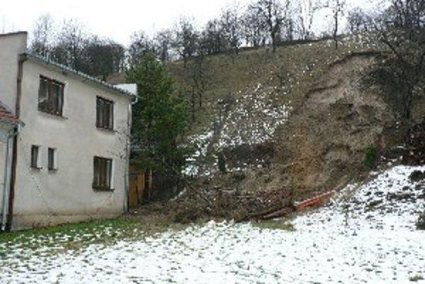Zosunulo sa takmer 70 metrov kubických pôdy.