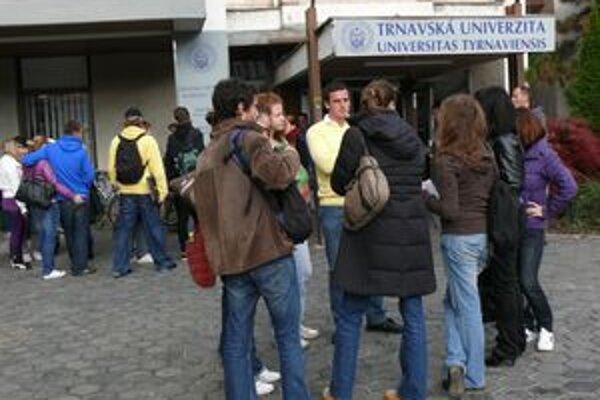 Diplomovú prácu musia študenti odovzdať takmer o pol roka skôr, ako plánovali.