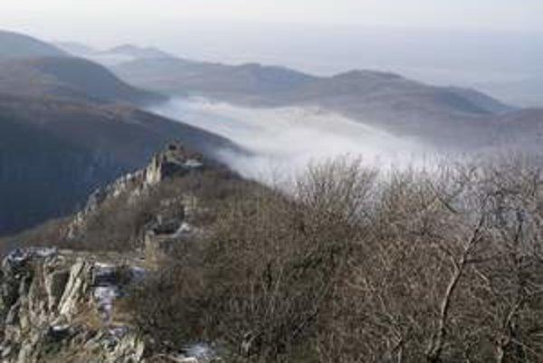 Bývalý strážny hrad Ostrý Kameň zabezpečia proti ďalšiemu chátraniu.