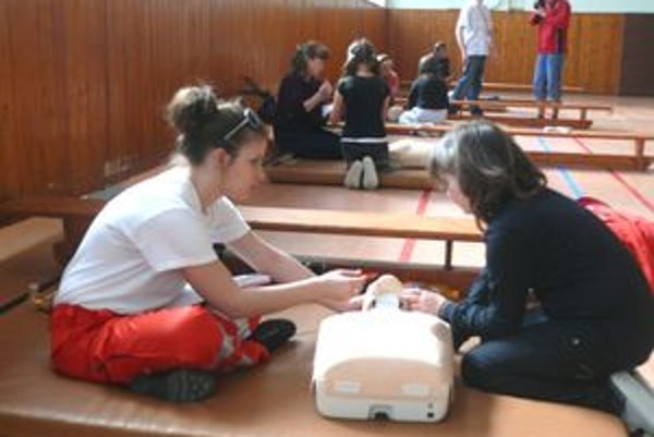 Mladí zdravotníci počas súťaže.