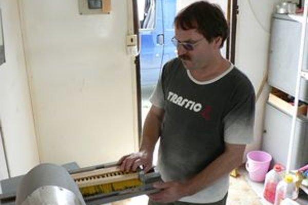 Marián si v súčasnosti privyrába výrobou metiel