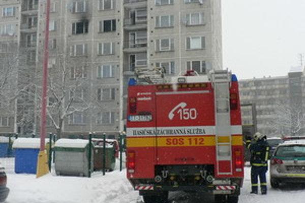 Požiar nahlásili obyvatelia bytového domu na Golianovej ulici.