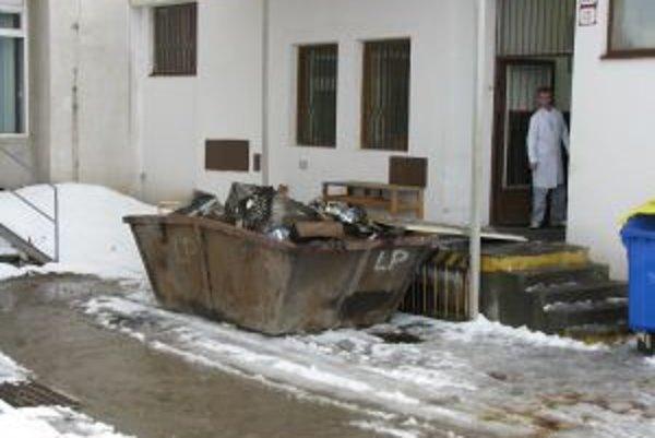 Po požiari v budove jedálne upratovali, v kontajneri sú už obhorené časti zariadenia.