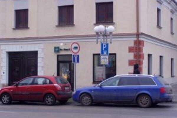 Parkovanie v meste policajti kontrolujú