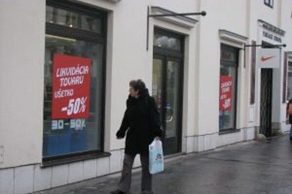 Zľavy v obchodoch lákajú rovnako ženy aj mužov