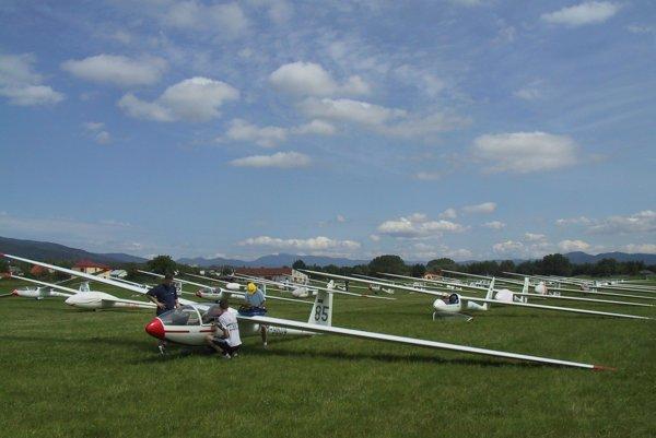 Lietadlá zblízka si budú môcť návštevníci pozrieť aj na ploche letiska.