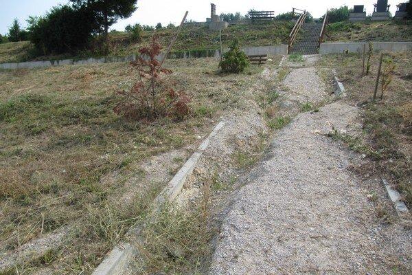 Po intenzívnych dažďoch minulý rok zničila voda chodníky a nespevnené svahy v novovybudovanej časti.