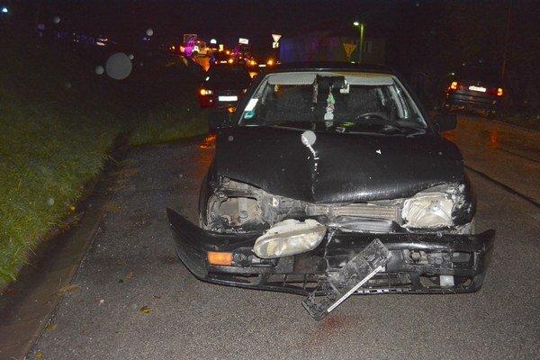 Wolkswagen Golf skončil s rozbitou prednou časťou vozidla