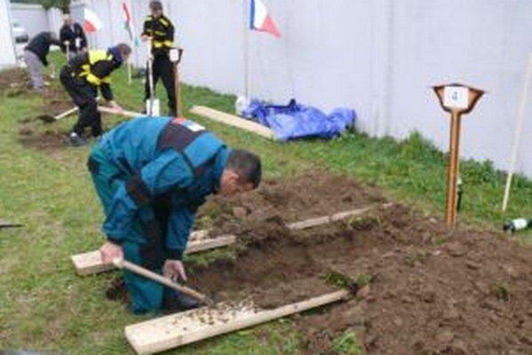 Súťaž v kopaní hrobov zaujala návštevníkov.