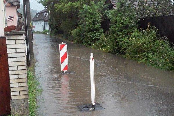 Počas dažďov je problém cez ulice prechádzať.